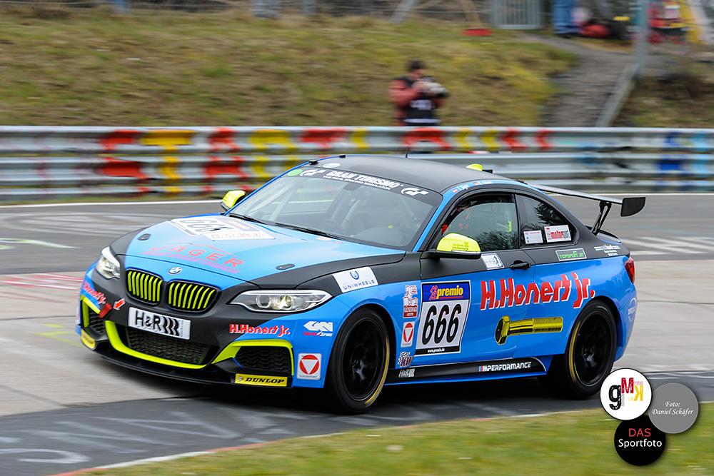 BMW-Cup-Klasse - Im Ziel lagenThomas Jäger und Rudi Adams vom Team Scheid – Honert Motorsport mit 41,041 Sekunden hinter dem Bonk-Motorsport-Duo. Foto: D.Schäfer