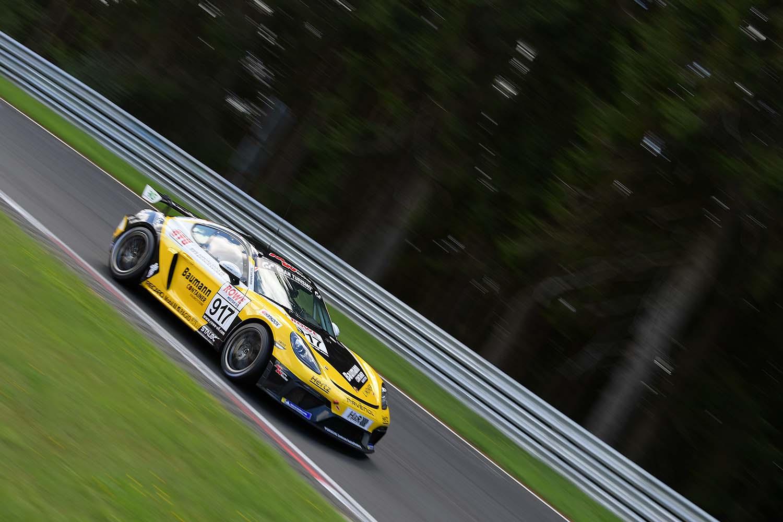 Ivan Jacoma, Kai Riemer und Horst Baumann gewinnen die Klasse Cayman GT4 Trophy by Manthey Racing. (Foto: Daniel Schäfer / DAS Sportfoto)